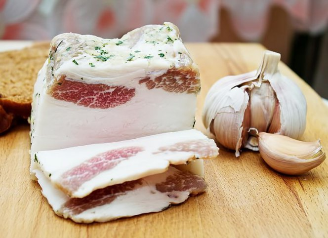 Чем полезно свиное сало для организма женщины