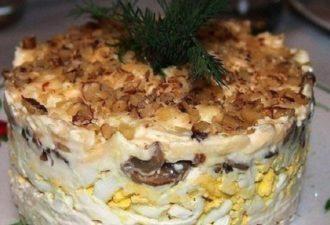 sloyonyiy-salat-s-kuritsey-gribami-i-gretskim-orehom-696x389