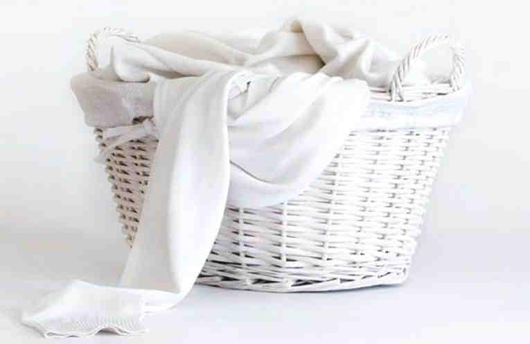 Как вывести пятна от отбеливателя с белой ткани