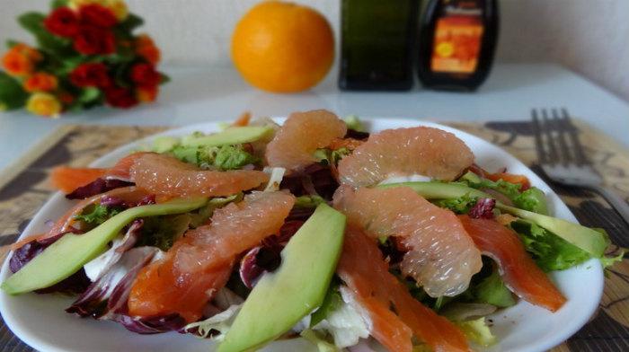 Салат с копчёной сёмгой, грейпфрутом и авокадо