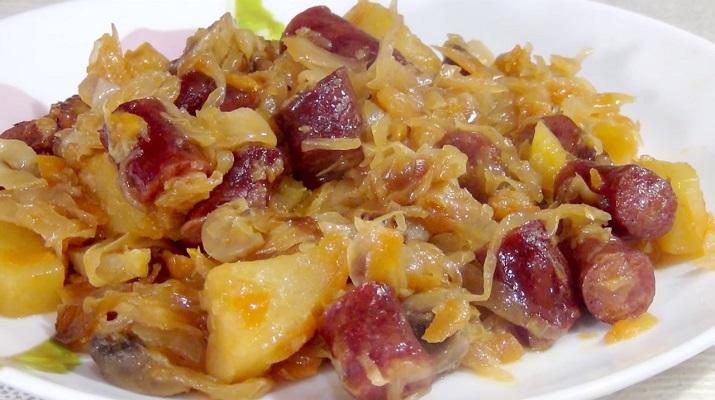 Капуста, тушенная с картофелем, колбасками и грибами: очень вкусно и сытно