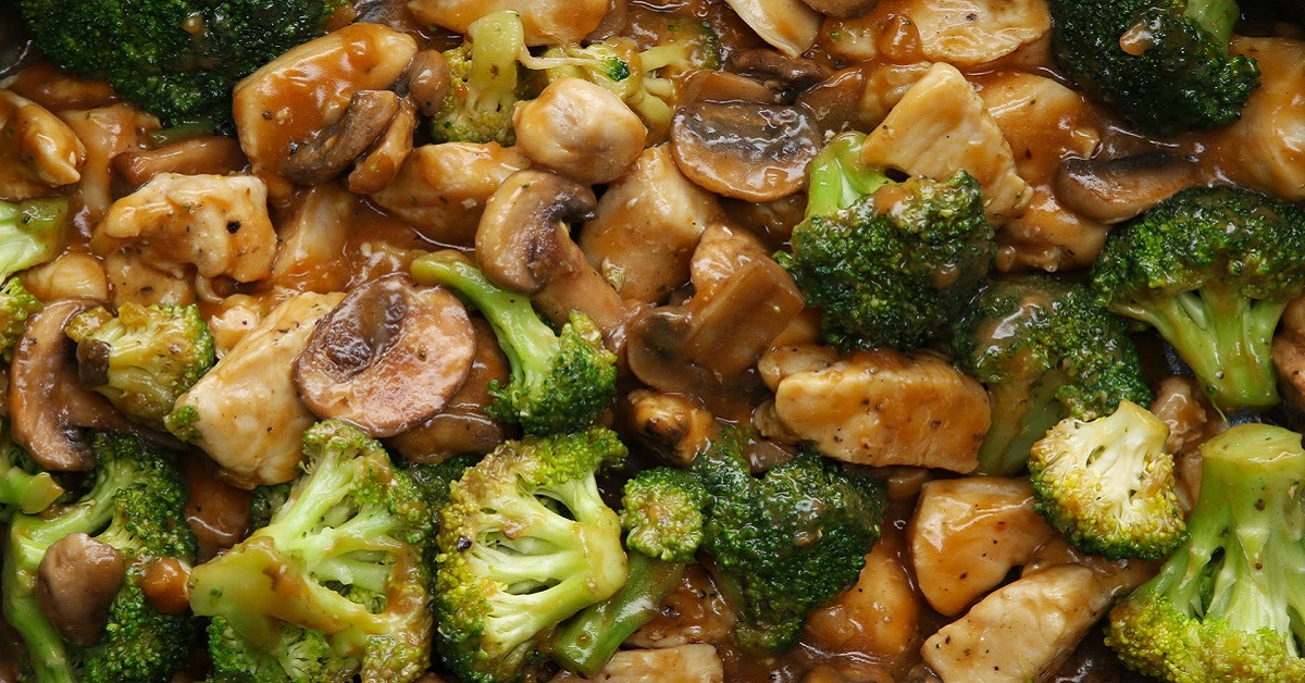 Восхитительное легкое блюдо к ужину: куриное филе с брокколи и грибами