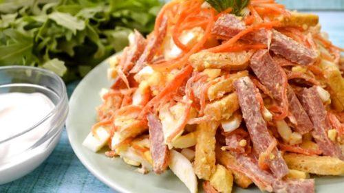 bespodobnyj-salat-s-korejskoj-morkovyu-suxarikami