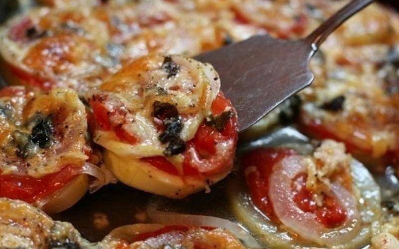 kabachki-zapechennye-s-lukom-i-pomidorami