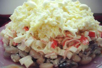 Salat-iz-fasoli-s-krabovymi-palochkami