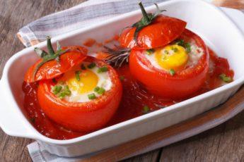 jaichnica-v-pomidora-696x464