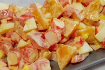 salat-za-5-minut-s-krabovymi-palochkami-pomidorami2