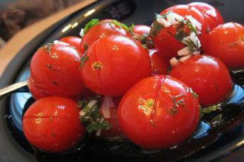 Malosolnye-pomidory-s-chesnokom-500x278