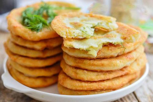 Тонкие-жареные-пирожки-с-картошкой-на-кефире