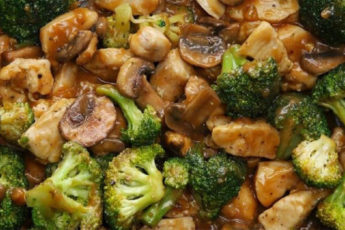Курица-с-брокколи-и-грибами-в-соусе