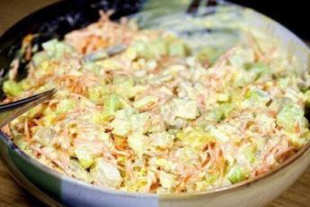 Morkovnyj-salat-po-korejski-s-kuritsej-i-ogurtsami-500x278