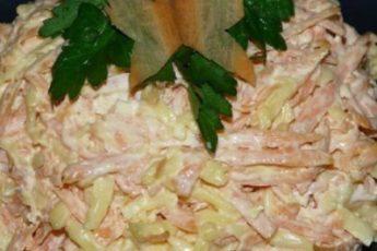 Salat-s-morkovyu-syrom-i-chesnokom-500x265