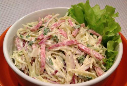 salat-iz-svezhej-kapusty-i-kopchenoj-kolbasy-768x526