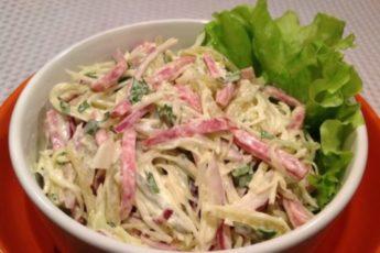 salat-iz-svezhej-kapusty-i-kopchenoj-kolbasy-768x526-500x342