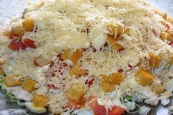 Salat-s-kuritsej-syrom-i-suharikami-500x278