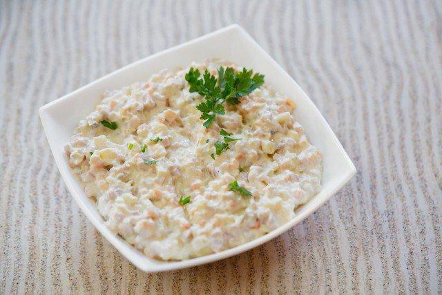 Салат с куриным филе, сыром и орехами - фото