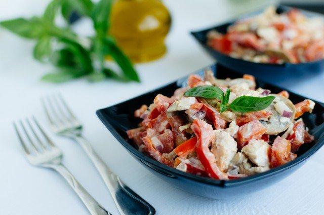 Английский салат из курицы и грибов - фото