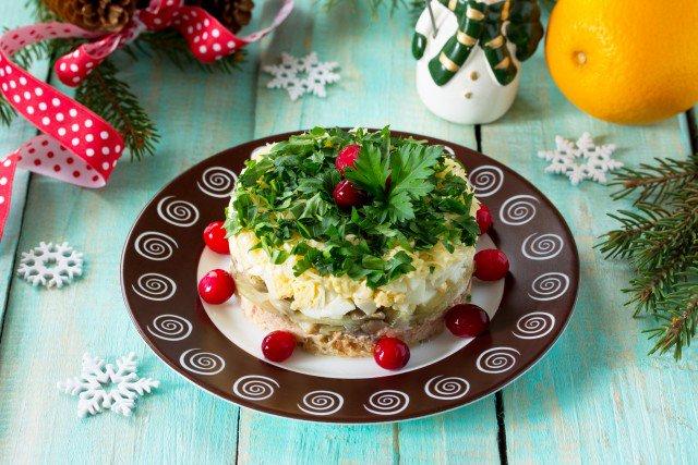 Слоеный салат из курицы и грибов - фото
