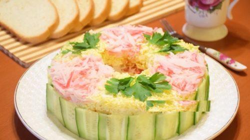 sloenyj-salat-narciss-na-prazdnichnyj-stol