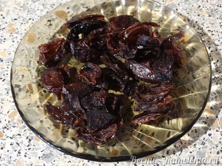 Приготовление рецепта Хмельное жаркое в горшочке с вяленым черносливом шаг 2