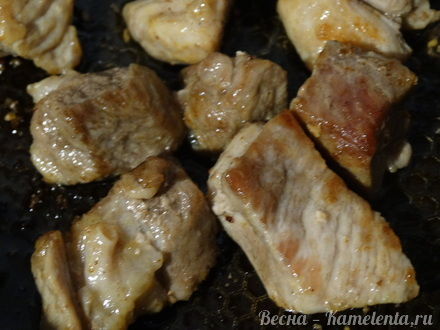 Приготовление рецепта Хмельное жаркое в горшочке с вяленым черносливом шаг 6