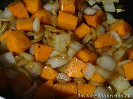 Приготовление рецепта Хмельное жаркое в горшочке с вяленым черносливом шаг 7