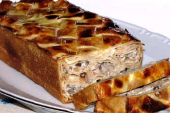 Blinnyj-tort-s-kurinoj-grudkoj-i-shampinonami-500x313