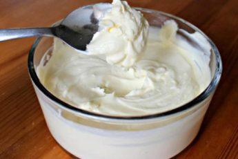молочный-крем-для-пирожных-и-тортов-768x523