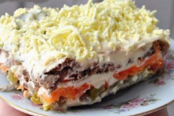 Слоенный-салат-с-печенью-и-маринованными-огурцами