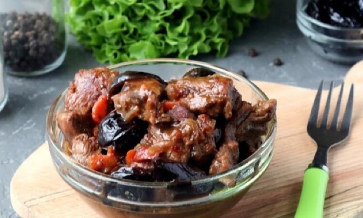 Очень аппетитная тушеная говядина с черносливом и вином