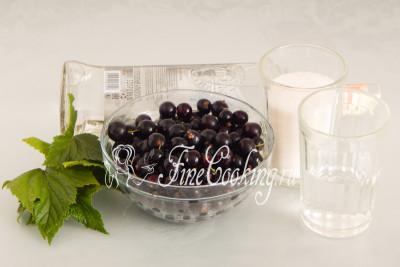 Для приготовления домашнего ягодного ликера нам понадобятся следующие ингредиенты: ягоды и листья черной смородины, водка, питьевая вода и сахарный песок
