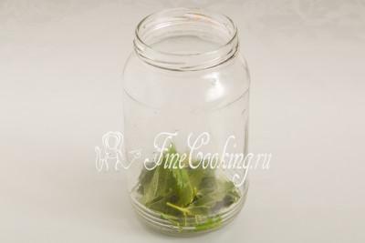 Берем чистую банку (литровой вполне достаточно) и укладываем в нее 5 красивых (не больных и не дырявых) листиков черной смородины