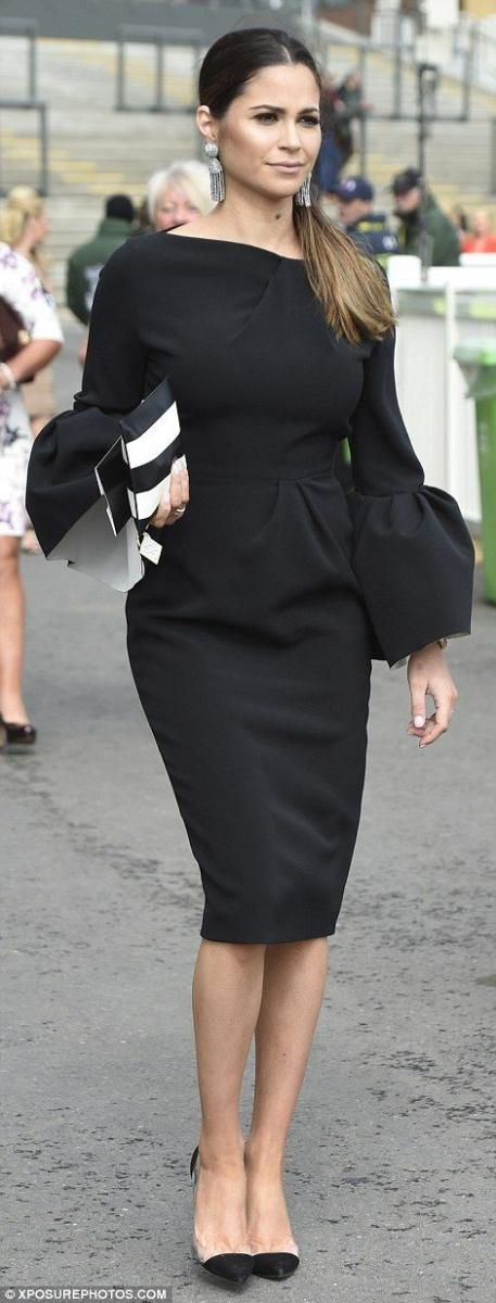 Voluminous cuffs added interest to a woman's chic ensemble