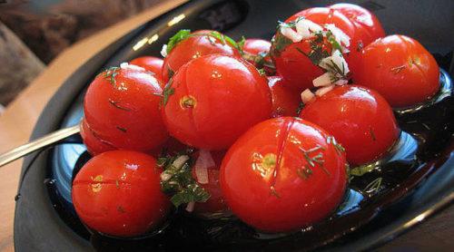 Малосольные-помидоры-с-чесноком