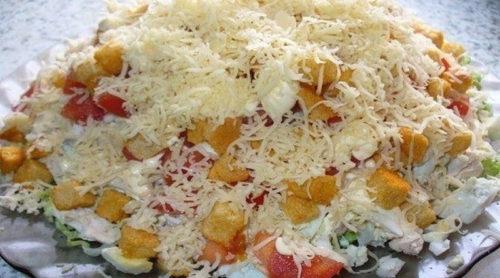Салат-с-курицей-сыром-и-сухариками