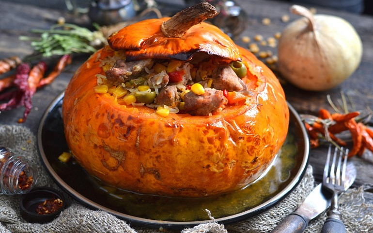 Мясо с овощами в тыкве: шикарное осеннее блюдо для воскресного обеда