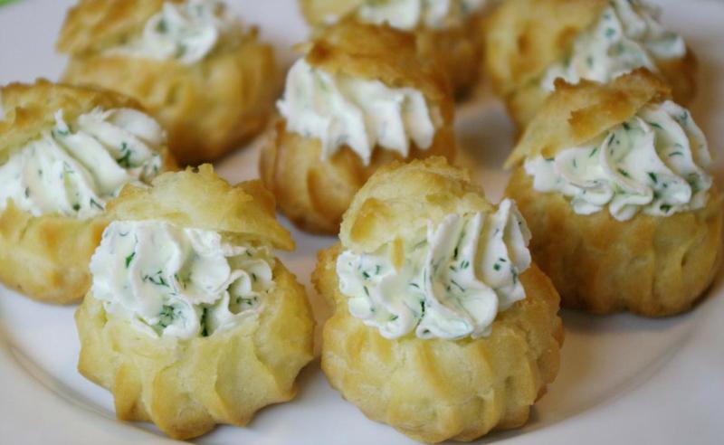 профитроли с сыром, яйцами и зеленью