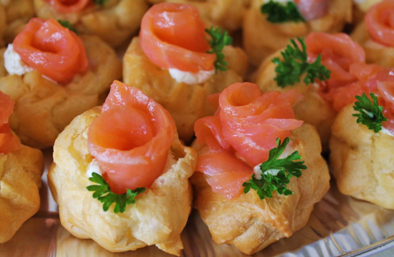 профитроли с красной рыбой и сливочным сыром