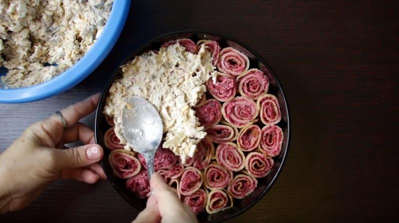 салат с курицей и блинами