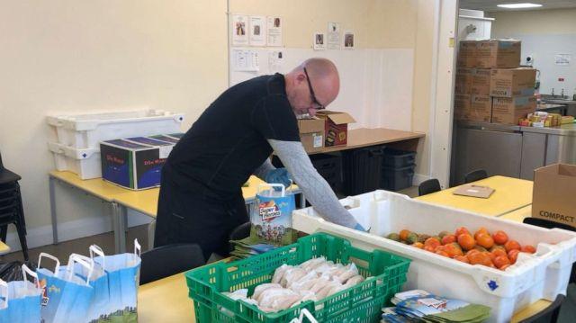 Мужчина каждый день разносит еду своим ученикам из нуждающихся семей, при этом не считая себя героем