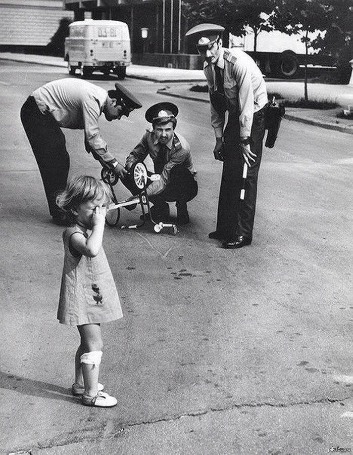 Милиционеры ремонтируют сломанный велосипед плачущей девочке по ...