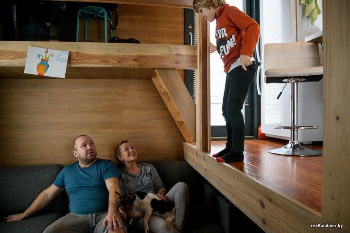 Мужчина построил крошечный дом 4х4 и теперь живет там с семьей