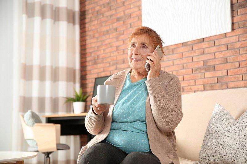женщина и телефон