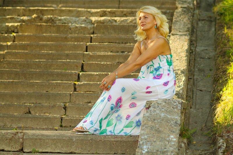 женщина на лестнице фото