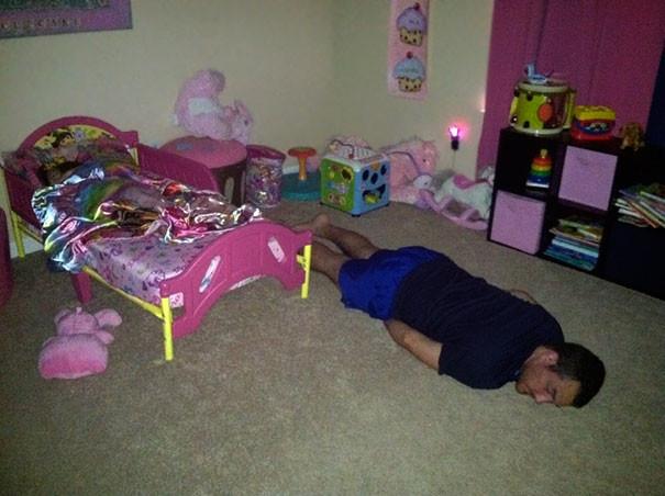 Укладывал ребенка и сам уснул